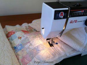 Acolchando a máquina, y desde aquí os digo: no lo volveré a hacer más, por lo menos hasta que no tenga una máquina de coser algo mejorcita, jajajaja