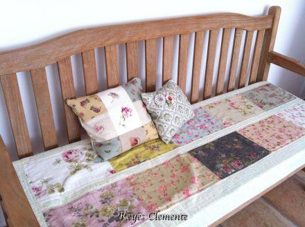 El banco de mi dormitorio necesitaba una renovación y....aquí está el resultado!!!! Las telas, otra vez regalo de Begoña. ¿Qué me decís, os gusta tanto como a mi?