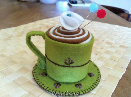 Tacita de café con leche y un poquito de chantilly