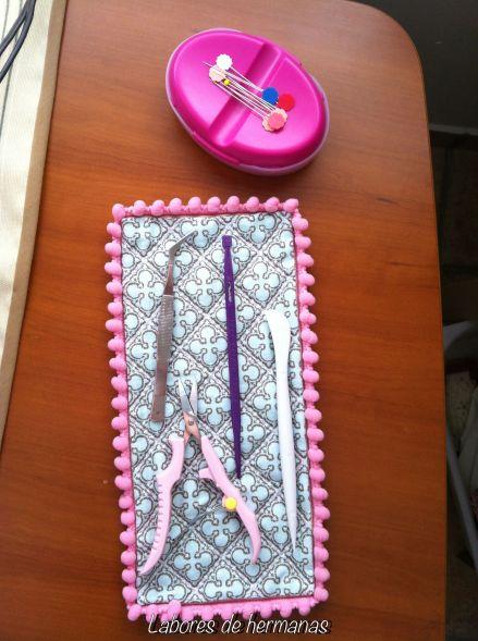 Una alfombrilla, que tengo siempre al ladito de la máquina de coser