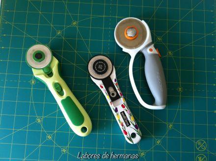 La primera de la izquierda de color verde, es de la marca Clover, la decorada (muuuuy bonita), es de la marca Ofla, y la última es de la marca Fiskars, mi preferida por ahora, no sé si probaré más, jeje